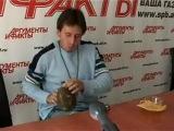 Игорь Растеряев играет на фляжке.